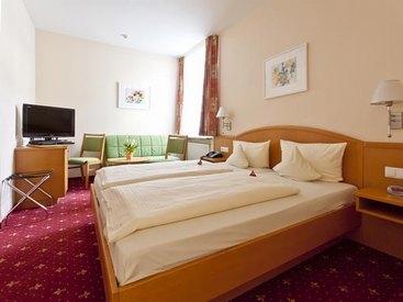 Doppelzimmer mit Sitzgelegenheit im  Hotel Goldner Stern in Muggendorf in der Fränkischen Schweiz