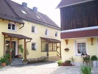Der Innenhof. Rechts die große und rollstuhlgerechte Wohnung
