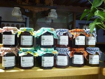 Hausgemachte Marmeladen und Brotaufstriche
