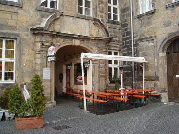 Draussen sitzen bei Hansl's Holzofen Pizzeria