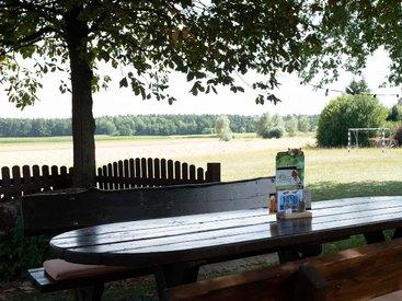 Opels Sonnenhof - Der Biergarten - Tisch mit Aussicht