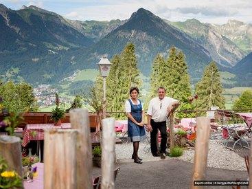 Klara und Markus Dreher an ihrem Arbeitsplatz vor einer herrlichen Kulisse
