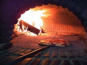 Knusprige Pizza aus dem Holzofen