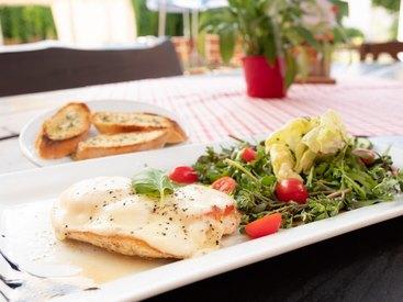 Genuß in Opels Sonnenhof - überbackene Hähnchenbrust mit Salat und Knoblauchbrot