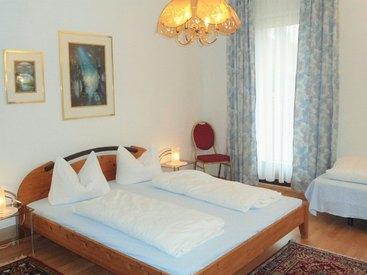 Dreizimmerbett  Schlafzimmer im Apartmenthaus des Hotel Krone in Gößweinstein
