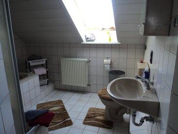 Bad mit Dusche, Badewanne und WC