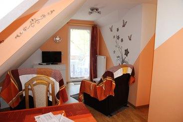 Ferienwohnung Relax - Wohnküche mit Massagesessel, Flat-TV und Balkon