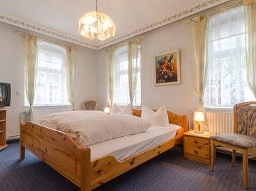 Dreibettzimmer im Gästehaus des Hotels Krone in Gößweinstein