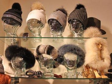 Kopfbedeckungen mit Pelzbesatz oder Swarowski-Steinen bei Modetreff Marlies in Oberstaufen
