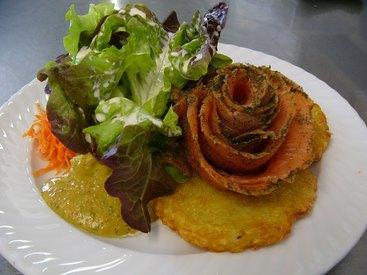 Hausgebeizte Lachsrose mit Senf-Honigdip auf knusprigen Backers an Salatbouquet