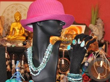 die Schmuckfigur trägt Ketten, Armbänder und Ringe aus Larimar, Türkis, Apatit und Chrysokol