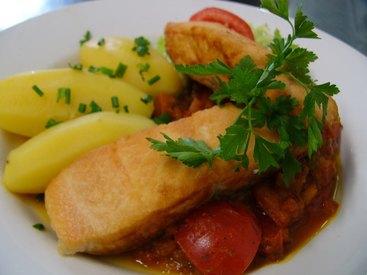 Lachsfilet gebraten auf Tomaten-Kapernragout mit frischen Kräutern, dazu Salzkartoffeln