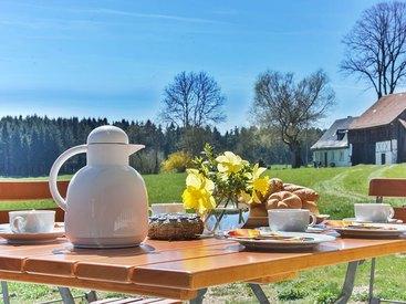 Frühstück auf unserer idyllischen Terrasse mit tollem Weitblick