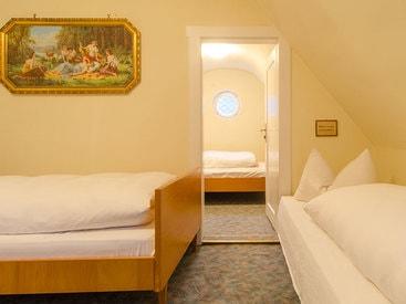 nostalgisches Dreibettzimmer im Hotel Krone in Gößweinstein
