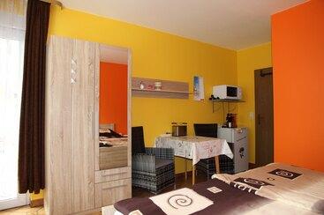 Doppel. o.Einzelzimmer 2 - neu eingerichtetes Zimmer mit DU/WC, Balkon, Kühlschrank mit Gefrierfach, Mikrowelle, Senseo Switch Kaffeemaschine, Wasserkocher, Toaster,Flat-TV