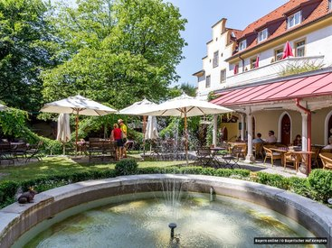 ...schönem Springbrunnen und chilligem Loungezelt