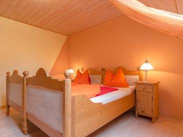 Schlafzimmer mit schönem Doppelbett