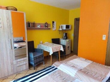 Doppel. o.Einzelzimmer 2 - neu eingerichtetes Zimmer mit DU/WC, Balkon, Kühlschrank mit Gefrierfach, Mikrowelle, Kaffeemaschine, Wasserkocher, Toaster, Flat-TV