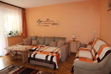Ferienwohnung 1 - Wohnzimmer - Smart TV - Schlafcouch
