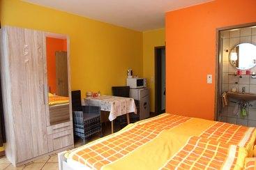 Doppel. o.Einzelzimmer 2 - neu eingerichtetes Zimmer mit DU/WC, Balkon, Kühlschrank mit Gefrierfach, Mikrowelle, Wasserkocher, Flat-TV