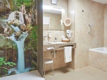 Bad in der  Familiensuite im  Hotel Goldner Stern in Muggendorf in der Fränkischen Schweiz