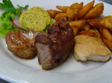 Grillteller mit Pute, Schweinelende, Rumpsteak und Kräuterbutter 'Doktorshof', dazu Kartoffelecken und Salate