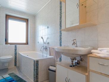 Modernes Bad mit Badewanne und Dusche