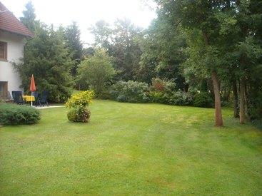 Großer Garten mit Liegewiese