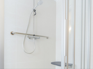 Große Dusche mit Sitz