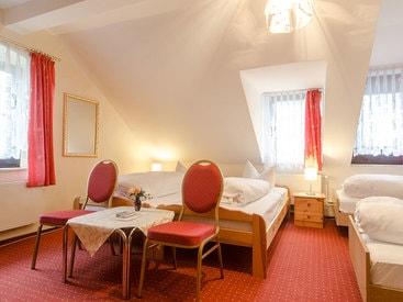 Vierbettzimmer im Gästehaus des Hotels Krone in Gößweinstein