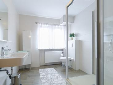 Neues Badezimmer mit großer Dusche