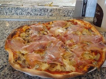 Die Pizza frisch auf den Teller.