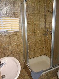 Dusche und Toilette im Zimmer 7