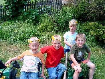 Kinder haben Spaß auf dem Donauerhof