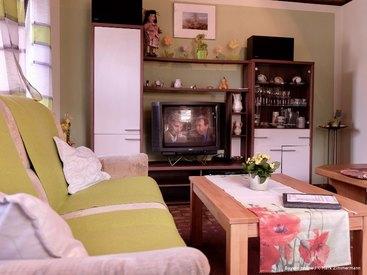 Das gemütliche Wohnzimmer mit Fernseher in ihrer Ferienwohnung in Muggendorf