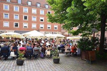 Willkommen im Bratwurst Röslein in Nürnberg am Hauptmarkt: Unser Biergarten