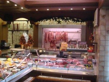 Hier sehen Sie unsere Fleischtheke, an der wir Sie sehr gerne begrüßen.