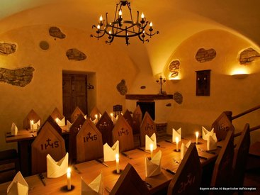 Gewölbekeller mit klösterlicher Atmosphäre und offenem Kamin im Gasthof Bayerischer Hof Kempten