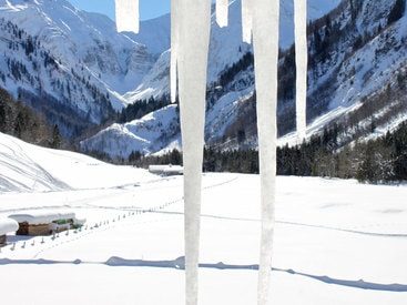 Blick zur Alpe Oberau im Winter vom Doppelzimmer mit Balkon im Obergeschoß