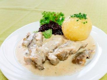 Leckeres hausgemachtes Krenfleisch mit frisch zubereiteten Klößen und Preiselbeeren
