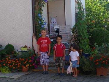 Fleißige Gastkinder bereit zum Einsatz auf dem Bauernhof