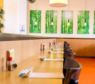 Running Sushi  im Japanischen und Sushi -& Restaurant Akimoto