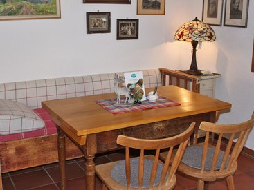 Liebevoll restaurierte Möbel aus längst vergangenen Zeiten sorgen für Wohlfühlatmosphäre