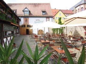 Unser Innenhof mit Biergarten
