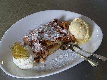 Hausgemachter Apfelstrudel mit Vanilleeis und Sahne