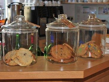 Probieren Sie hausgemachte Cookies in der Teestube Tante Emma in Fischen...