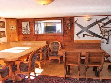 Sitzgruppen in der großzügigen Wohnstube mit Zugang zur Terasse und Liegewiese