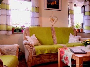 Das gemütliche Wohnzimmer ihrer Ferienwohnung in Muggendorf