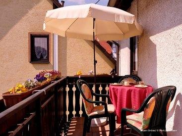 Frühstücken sie auf ihrem sonnigen Balkon ihrer Ferienwohnung in Muggendorf
