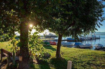Gästehaus Grünäugl am See - unser Garten mit Bootssteeg